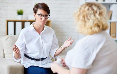 What distinguishes a psychologist from a psychiatrist