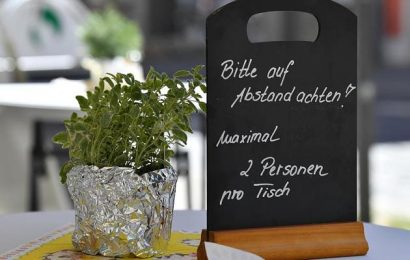For protection from infections: expert says that restaurant guests should sit outside